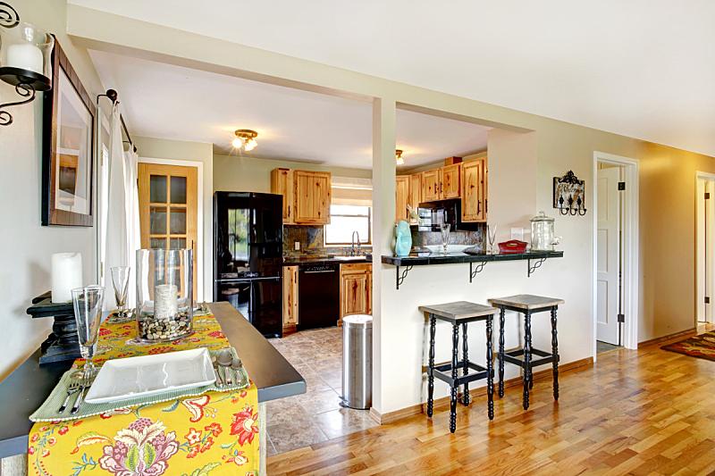 餐桌,厨房,住宅房间,桌子,水平画幅,吧椅,豪宅,房地产,天花板,冰箱
