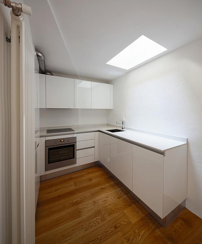 极简构图,厨房,正面视角,垂直画幅,无人,干净,现代,空的,水槽,烤炉
