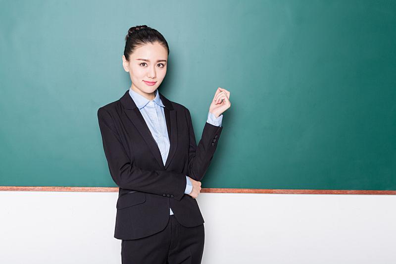 注视镜头,教师,黑板,正面视角,女性,留白,半身像,水平画幅,智慧,职权