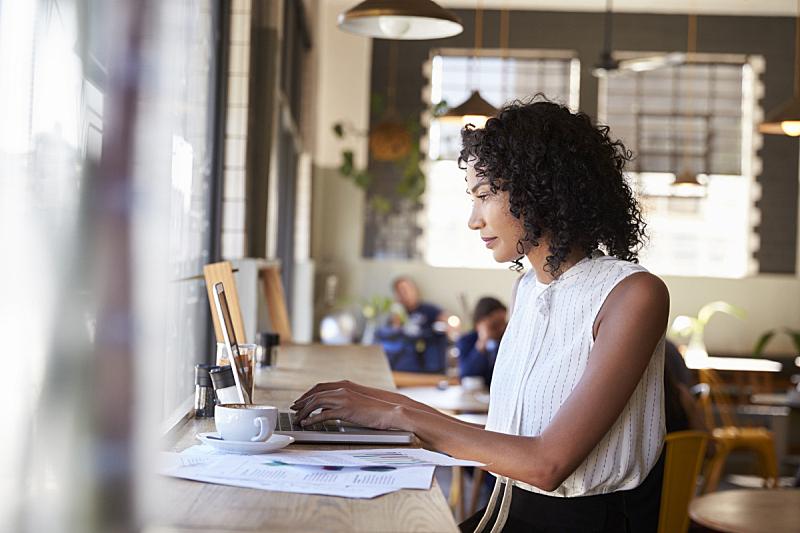 女商人,咖啡馆,使用手提电脑,窗户,咖啡店,笔记本电脑,非裔美国人,仅一个女人,热饮,工间休息