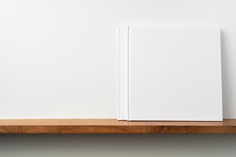 白色,书架,墙,方形画幅,两个物体,笔记本,请柬,贺卡,一个物体,背景分离