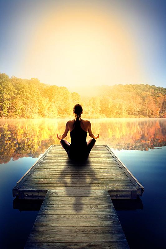 瑜伽,灵性,户外,莲花坐式,垂直画幅,留白,早晨,阴影,湖,仅成年人