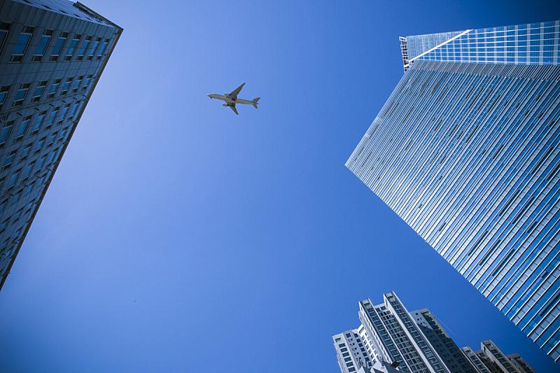 飞机,建筑外部,高视角,从火箭发射的角度拍摄,低视角,广角,飞行器,办公楼外观,高大的