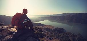 徒步旅行,山顶,看风景,女人,天空,休闲活动,古典式,早晨,旅行者,湖
