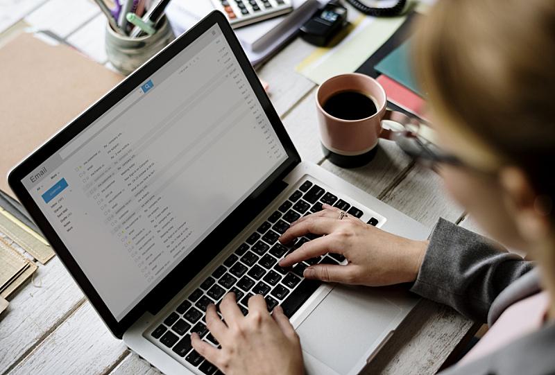 电子邮件,使用手提电脑,女商人,电子邮件收件箱,设备屏幕,文件,使用电脑,计算机,笔记本电脑,邮件
