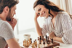 国际象棋,进行中,家庭生活,青年伴侣,餐桌,业余爱好,深情的,智慧,策略,伴侣