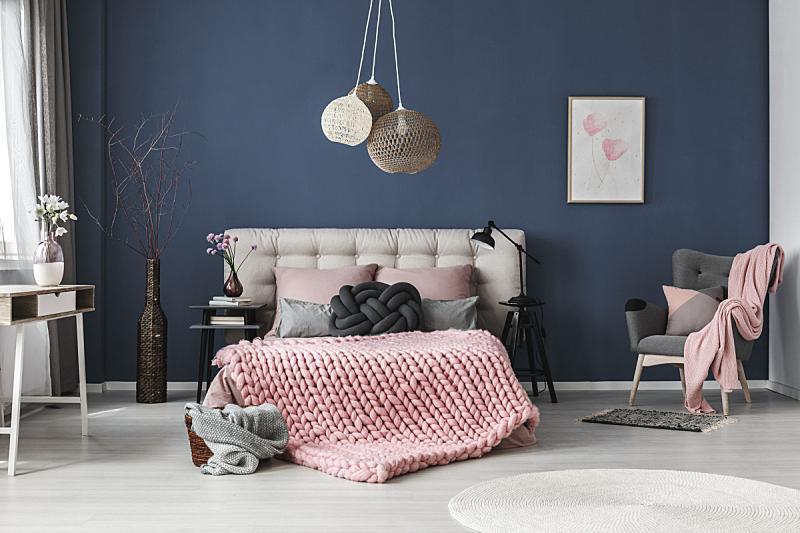 住宅房间,有节疤的木料,灯罩,软垫,卧室,柔和色,扶手椅,粉色,围墙,枕头