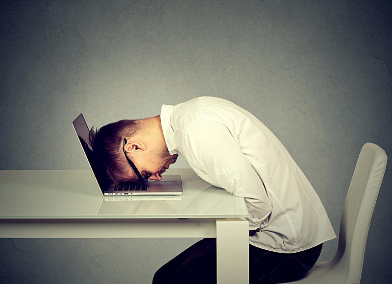 男商人,笔记本电脑,书桌,青年人,过分地消耗精力,发狂的,情绪压力,狂怒的,摩尔多瓦共和国,筋疲力尽