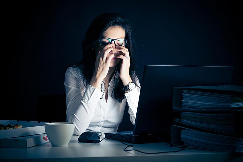女商人,筋疲力尽,疲劳的,情绪压力,紧迫,夜晚,忙碌,图像,文档,仅成年人