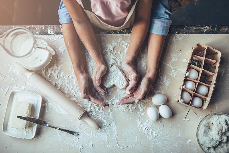 女儿,母亲,厨房,饼干,家庭生活,青年人,儿童,牛奶,女人,住宅房间