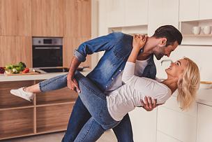 异性恋,厨房,舞蹈,青年伴侣,妻子,浪漫,丈夫,伴侣,调情