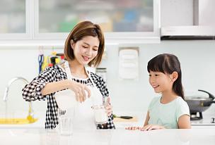 母亲,儿童,牛奶,快乐,厨房,美,半身像,水平画幅,父母,单身母亲