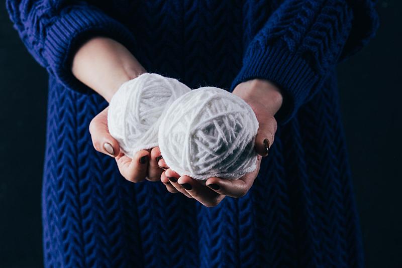 球体,部分,白色,女人,羊毛,拿着,透过窗户往外看,水平画幅,机织织物,仅成年人