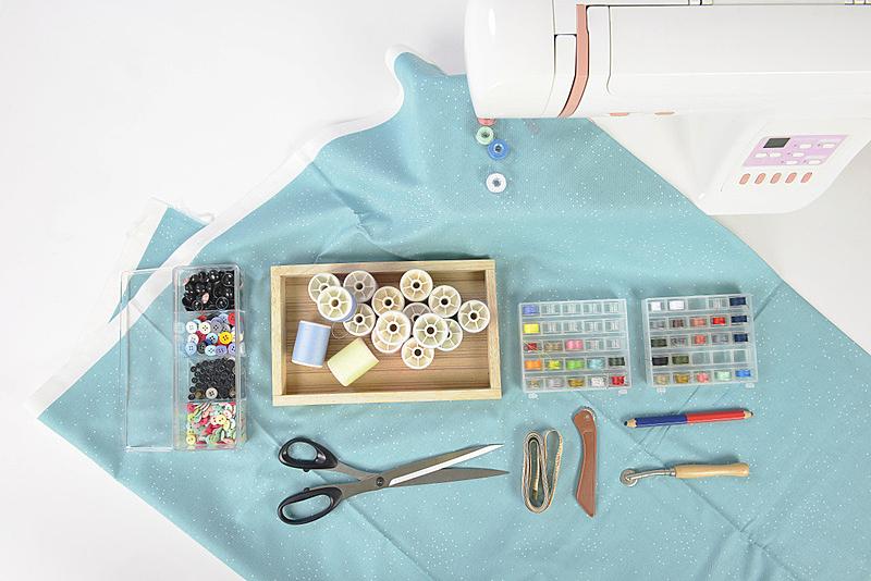纺织品,线,缝纫机,白色背景,针织品,剪刀,多色的,选择对焦,缝纫,卷起