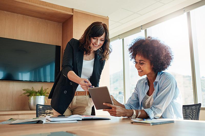 计算机,商务,做计划,触摸屏,经理,休闲装,两个人,会议,女商人,商务人士