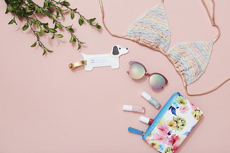 比基尼胸罩,粉色背景,太阳镜,指甲油,平铺,行李标签,个人随身用品,美,留白,彩妆