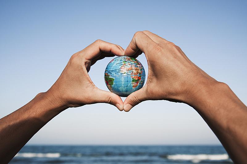 青年男人,手,地球形,生态学家,旅行者,仅男人,仅成年人,生态多样性,青年人,可持续生活方式