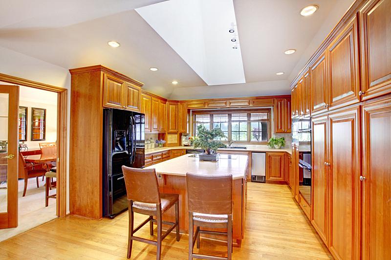 冰箱,家具,室内,厨房,黑色,褐色,木制,窗户,住宅房间,水平画幅