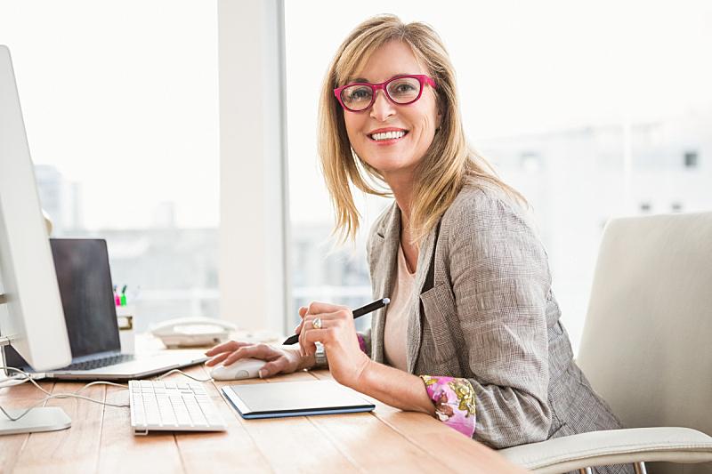 休闲装,设计师,使用电脑,50到54岁,找工作,金色头发,中老年女人,女商人,中老年人,50到59岁