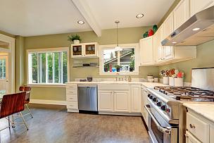 室内,灶台,厨房,白色,大理石,明亮,柜子,冰箱,窗户,住宅房间