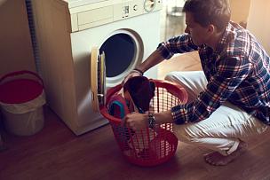 轻的,单身,洗衣服,洗衣机,洗衣篮,家务,便利,家常杂务,责任,短发