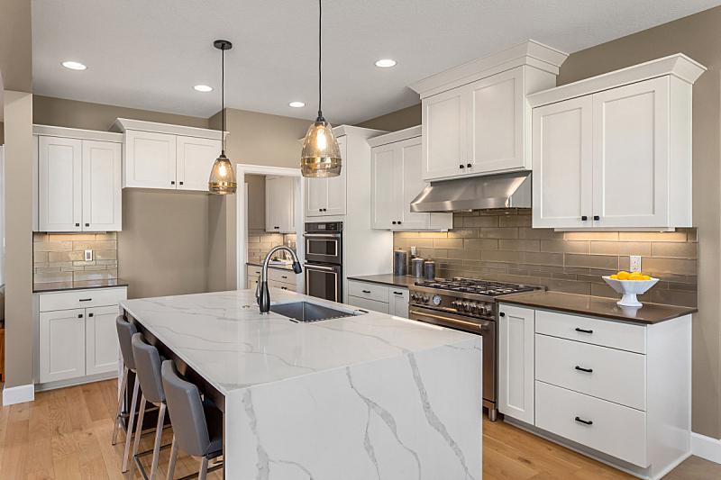硬木,厨房,项坠,照明设备,自然美,室内地面,岛,不锈钢,冰箱,华贵
