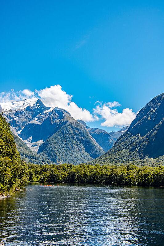 万里无云,新西兰南岛,新西兰,米佛峡湾,垂直画幅,水,天空,雪,无人,主教法冠