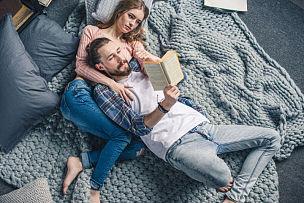 书,伴侣,毯子,水平画幅,机织织物,青年伴侣,美人,乌克兰,人,仅成年人