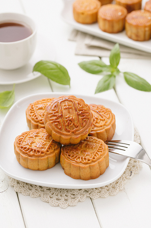 中秋节,月饼,薄荷叶,切片食物,小吃,鸡蛋,蛋黄,盘子,中国食品,垂直画幅