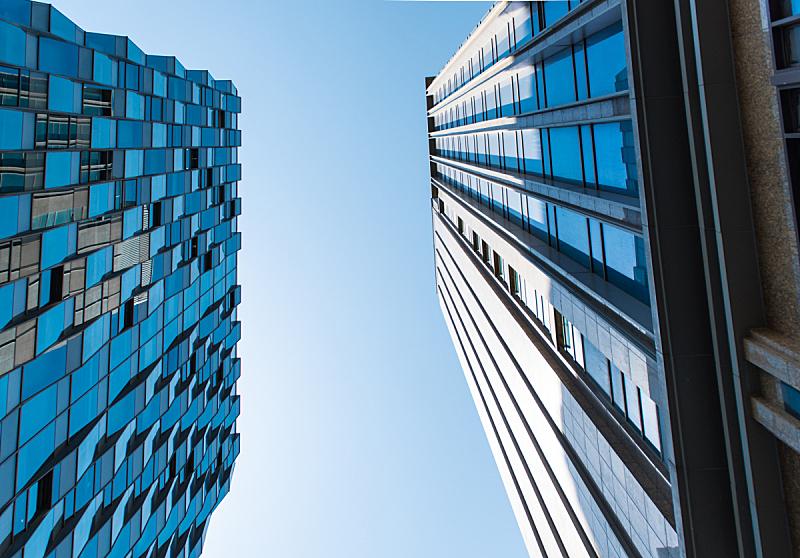正下方视角,建筑外部,高大的,看,在之间,天空,水平画幅,建筑,无人,蓝色