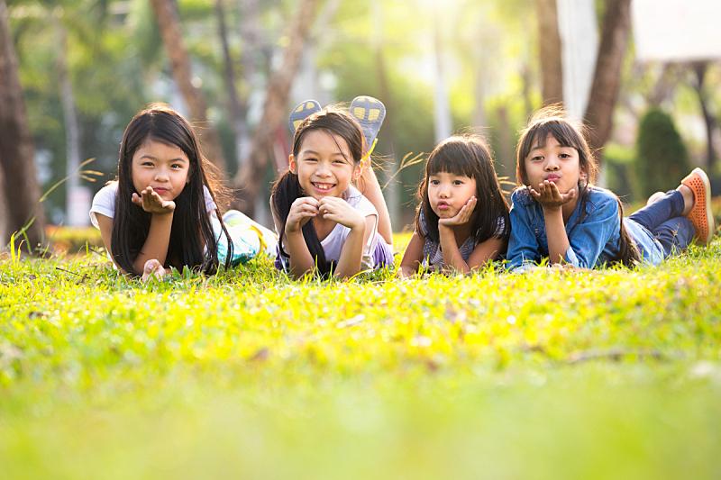 嬉戏的,亚洲,水平画幅,人群,夏天,户外,草,泰国,友谊,童年