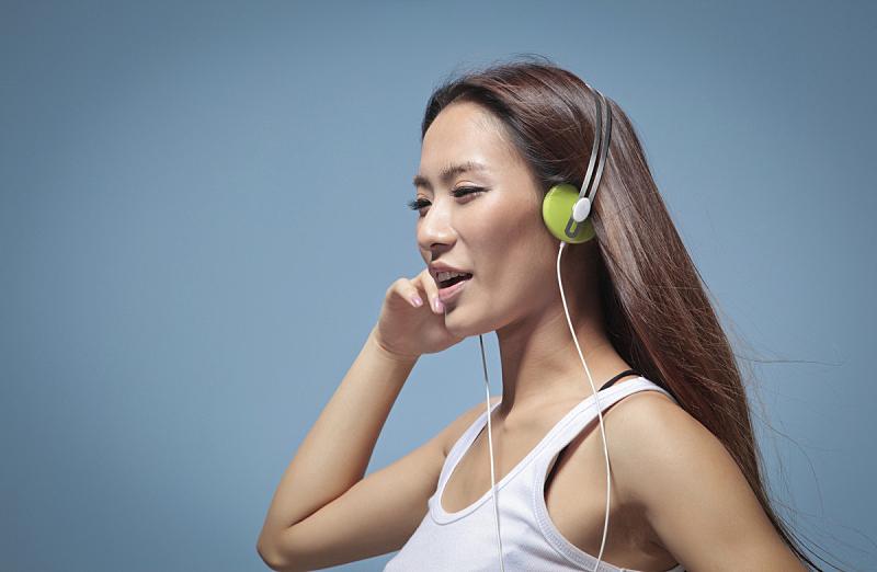 音乐,青年女人,特写,亚洲人种,背景分离,彩色背景,东亚人,现代,拿着,听