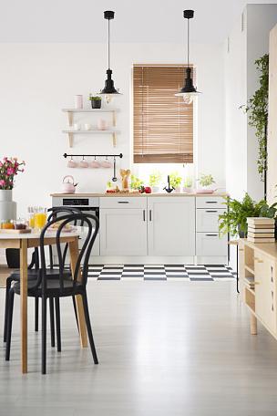 椅子,白色,百叶帘,窗户,桌子,黑色,室内,极简构图,摄影,写实
