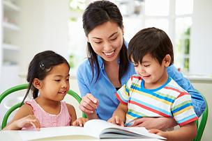 儿女,母亲,家庭作业,混血儿,4岁到5岁,知识,中国人,儿童教育,多种族,父母