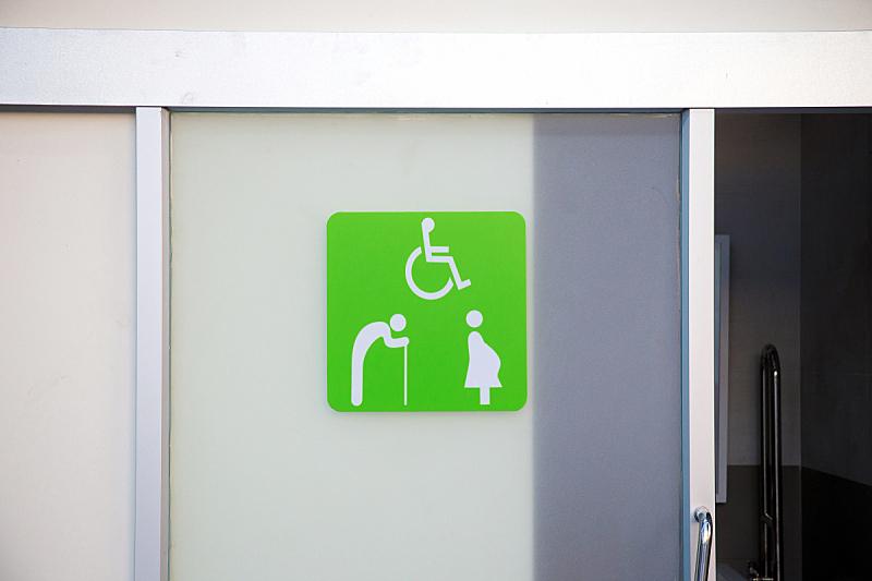 卫生间,人,门,车站,紧迫,标签,切片食物,绿色,座位,水平画幅