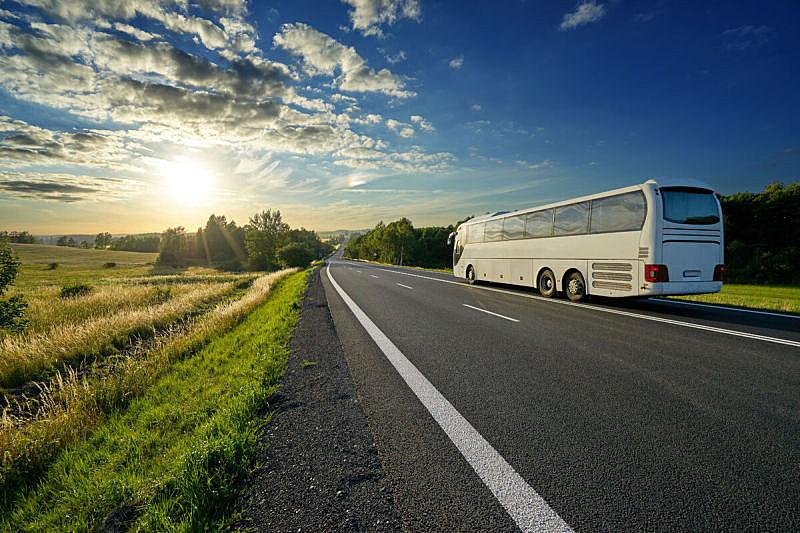 巴士,地形,白色,柏油路,旅游目的地,天空,水平画幅,云,交通,透视图