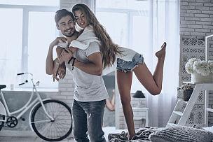 家庭生活,异性恋,幸福,热情,脚悬空,青年伴侣,欢乐,浪漫,搂着肩膀,伴侣