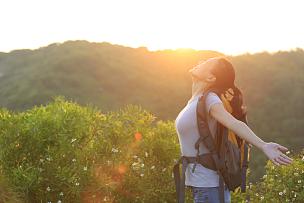 徒步旅行,黎明,女人,手臂,开着的,背包族,侧面像,欣喜若狂,生活方式,亚洲
