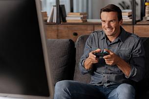 男人,焦点,投影屏幕,单身,计算机游戏,星期五,时段,半身像,周末活动,男性