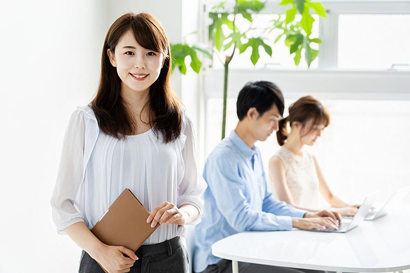 青年人,注视镜头,办公室,人群,日本人,成年的,仅成年人,白领,商务人士,男商人