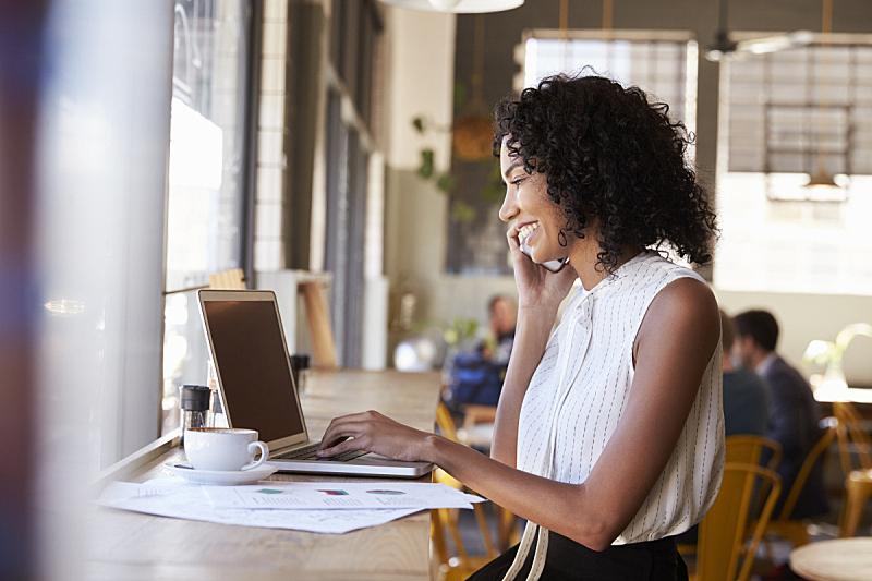 女商人,咖啡馆,咖啡店,4g,侧面视角,真实的人,非裔美国人,使用手提电脑,青年女人,工间休息