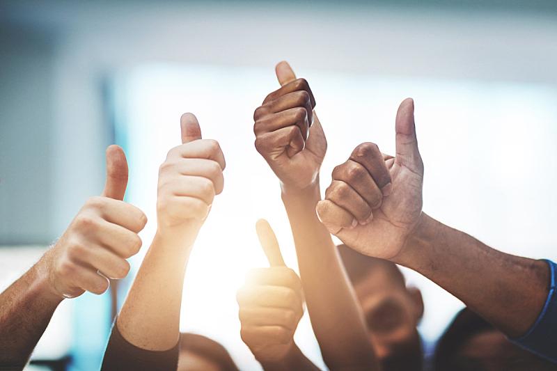 职业,正下方视角,翘起大拇指,新员工,信心,做手势,幸福,动机,推拉镜头,人群