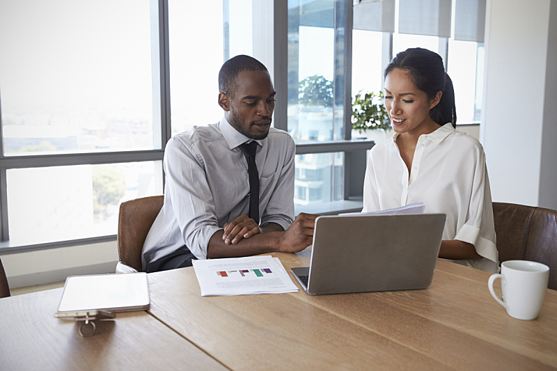 商务人士,会议室,使用手提电脑,美洲土著居民,两个人,商务会议,忠告,会议,非洲人,多种族