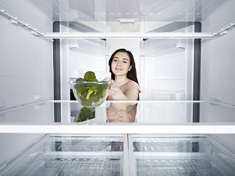 西兰花,女人,冰箱,开着的,奶制品,水平画幅,提举,生食,家庭生活,健康