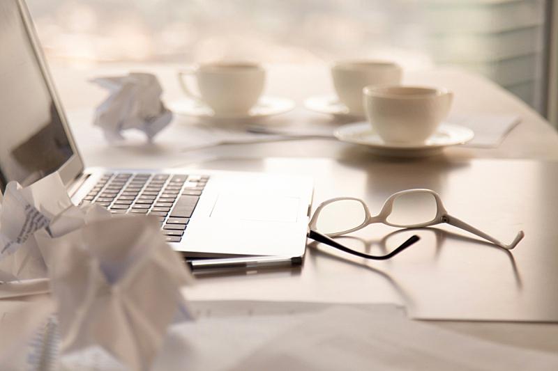 书桌,笔记本电脑,灵感,特写,弄皱的,混沌,领导能力,新的,计算机软件,废纸篓
