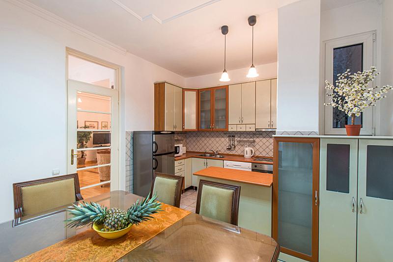 公寓,独立灶台,高柜,饭厅,水平画幅,无人,椅子,明亮,现代,水槽