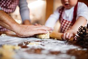 家庭生活,饼干,年轻双亲,糖粉,男性,青年人,单亲父亲,冬天,儿童,节日