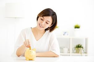 小猪扑满,青年女人,储蓄,亚洲人,银行,微笑,放置,投资,赚钱