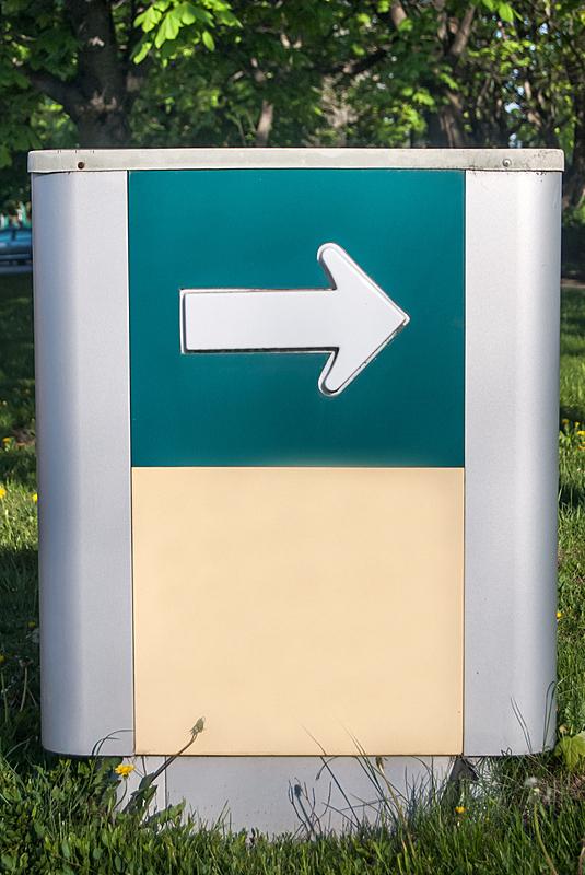 布告,箭头符号,平衡折角灯,垂直画幅,空白的,留白,风化的,消息,无人,路边