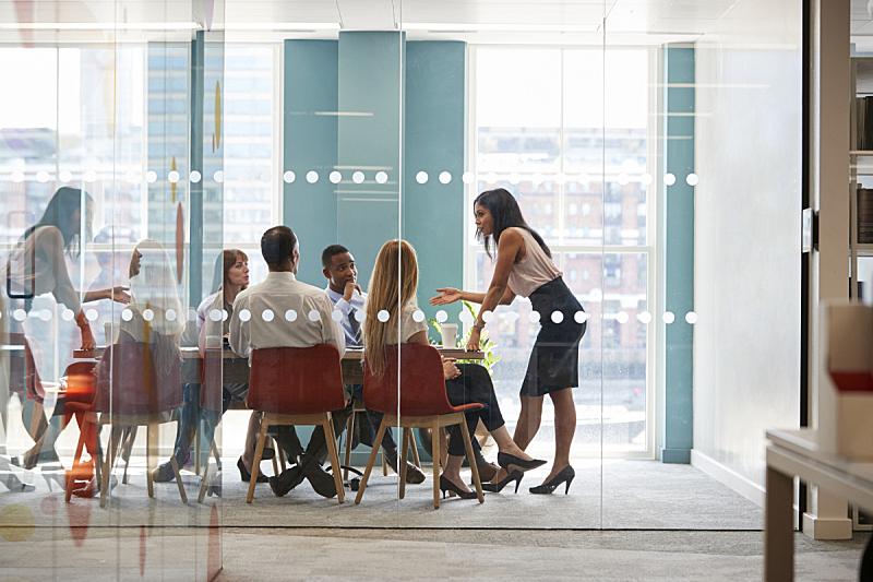 商务会议,经理,斜靠,桌子,女性,办公室,青少年,30到39岁,留白,商务策略